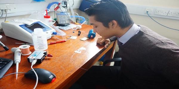 Estudiante diseña venda inteligente para monitorear heridas