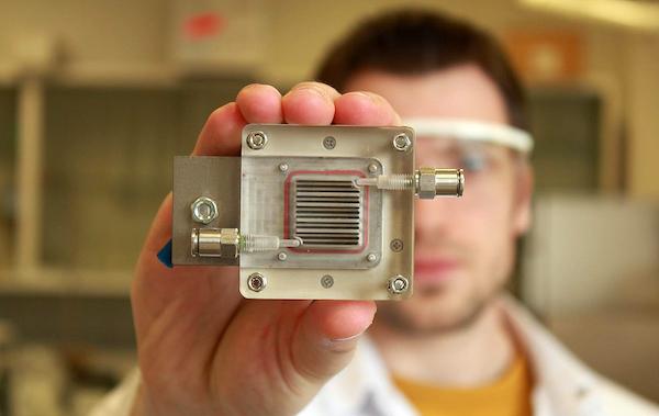 Esta nueva célula electroquímica genera combustible, limpia el aire y solo necesita luz para funcionar