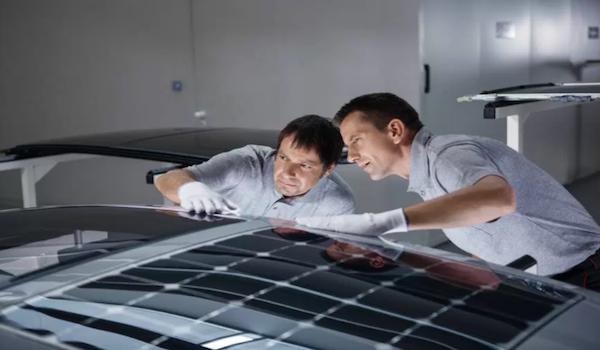 Techo solar inteligente que produce energía para refrescar los vehículos
