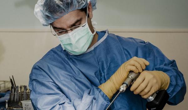 Cirujano que intenta conectar el cerebro humano a internet con un implante cerebral