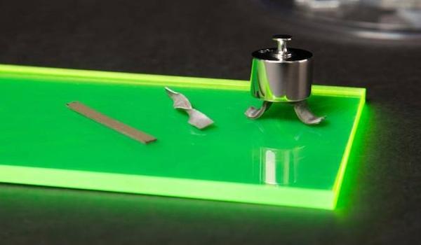 Material que se vuelve rígido tras ser doblado, retorcido o presionado
